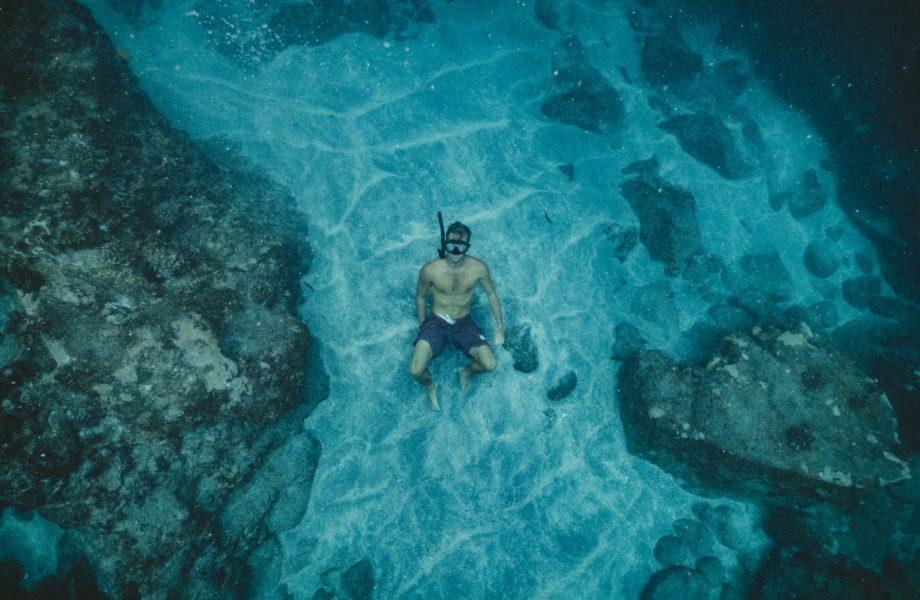 Homem nadando no fundo do mar