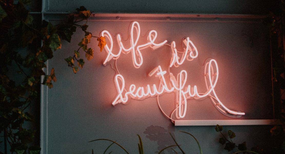 "Sign que diz ""Life is beautiful"""